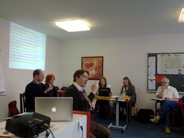 Thomas Worseck, der Seminarleiter mit vier Dolmetschern (DGS und Schriftsprache)