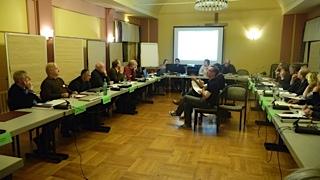Innenansicht des Tagungsraums mit Tagungsmitgliedern