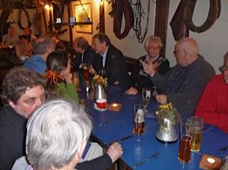 Tagungsmitglieder beim gemeinsamen Essen im Gasthof