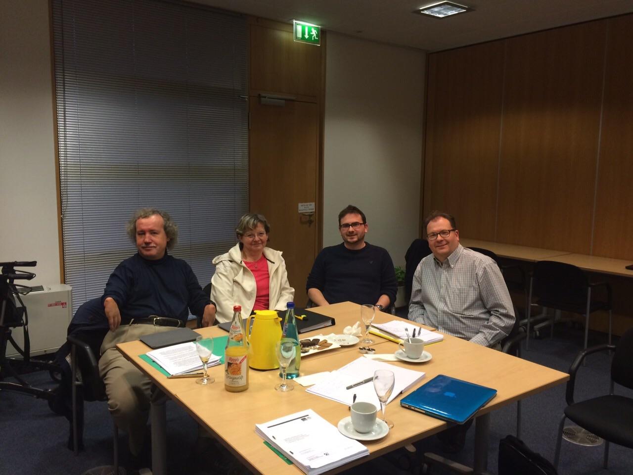 BMAS-Arbeitsgruppe an einem Tisch
