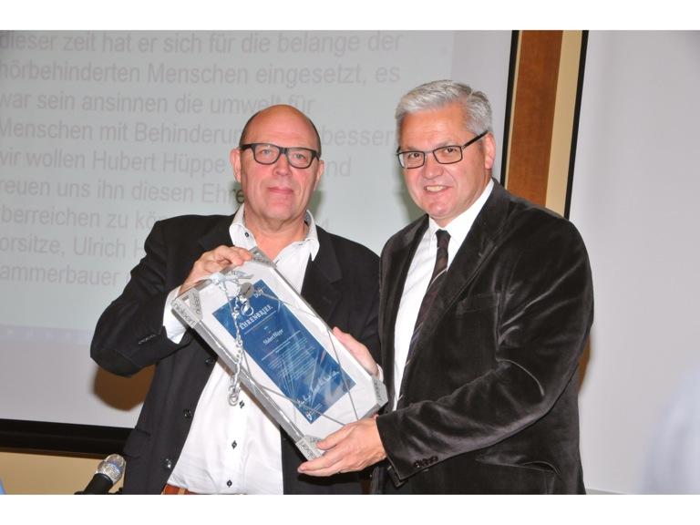 Ulrich Hase überreicht Ehrenbrief an Huppert Hüppe