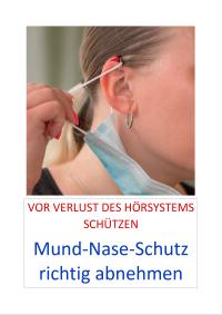 Ein Mensch mit Hörgerät nimmt eine Maske ab. Das Ohr ist in der MItte des Bildes